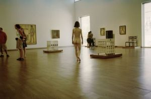 Photo de robert schwarz: nude visiting an exhibition