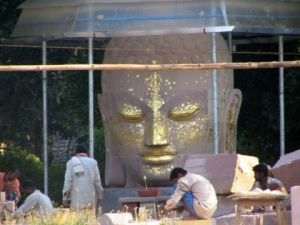 Photo de Doriane Metz: Statue de Bouddha en renovation  à Sarnath