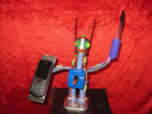 Sculpture de bellagamba  gilles: support  robot pour portable  et stylo